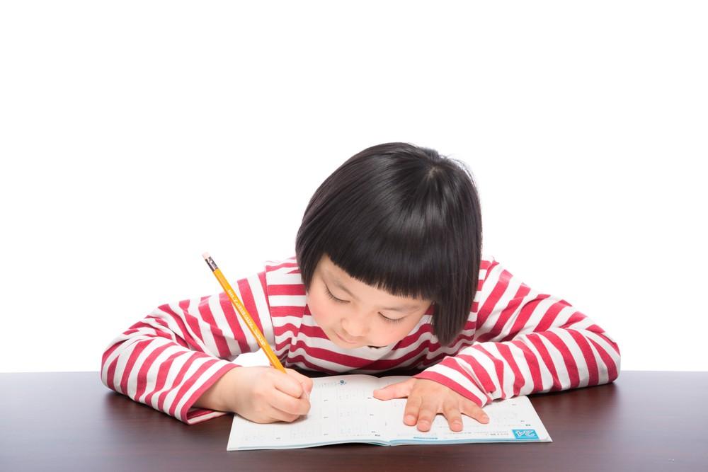 宿題を頑張る女の子