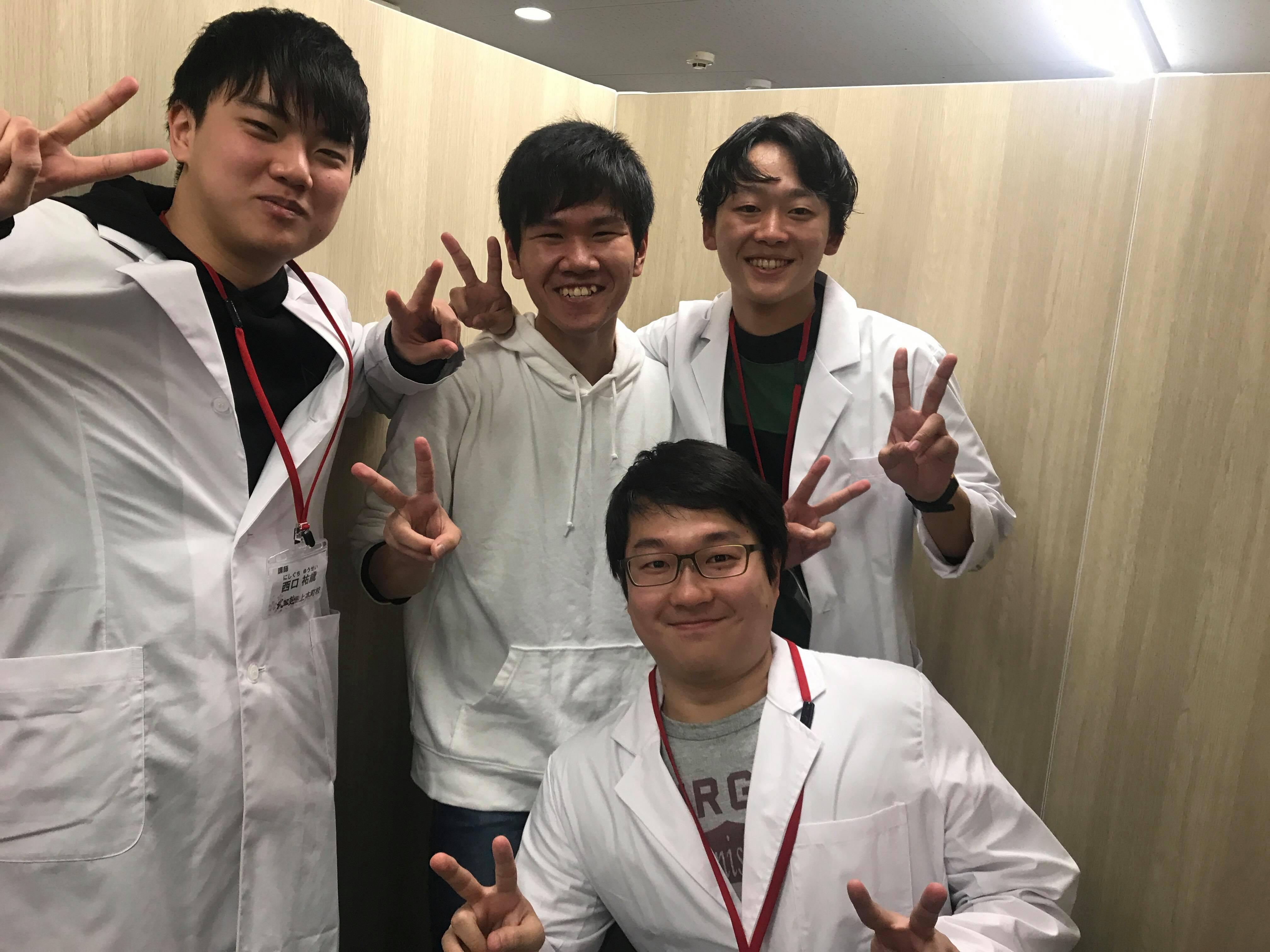 近畿大学薬学部に公募推薦入試で合格したR.Tくんと講師の写真