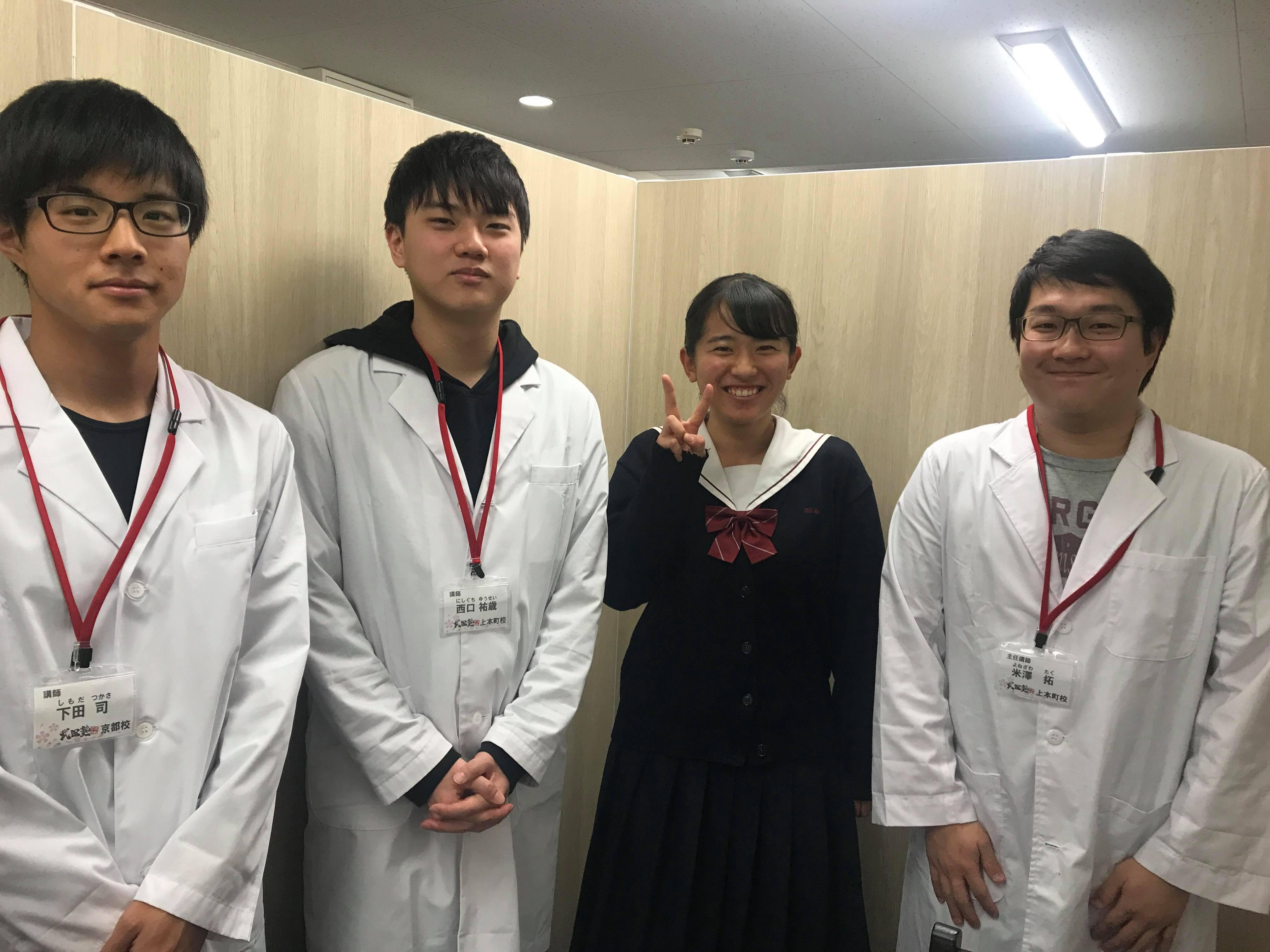 近畿大学経営学部に公募推薦入試で合格したN.Oさんと担当講師の写真