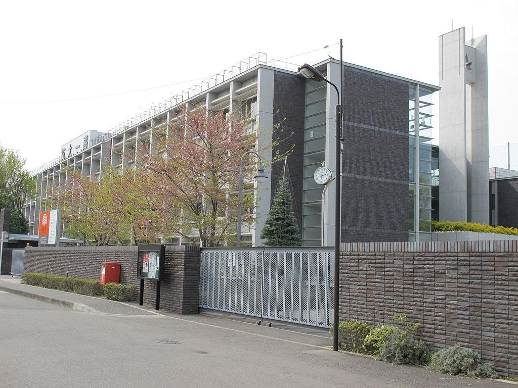 1024px-TakushokuUniversityDaiichiHighSchool