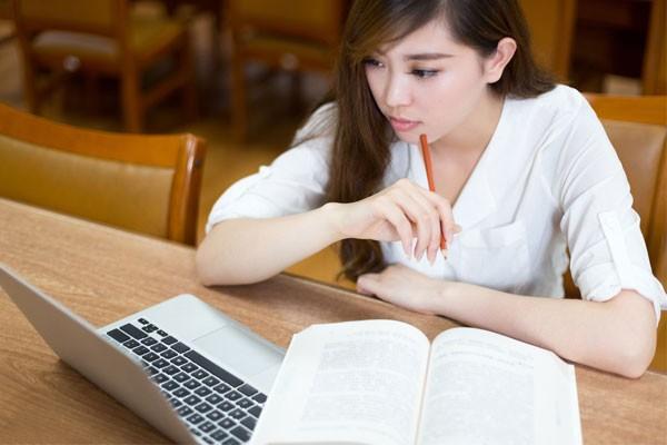 パソコンを使って勉強する女性