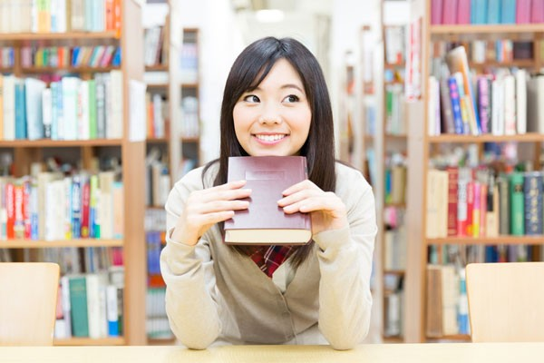 自習する女子高生