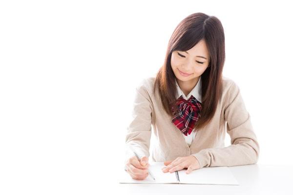 一生懸命勉強する女子高生