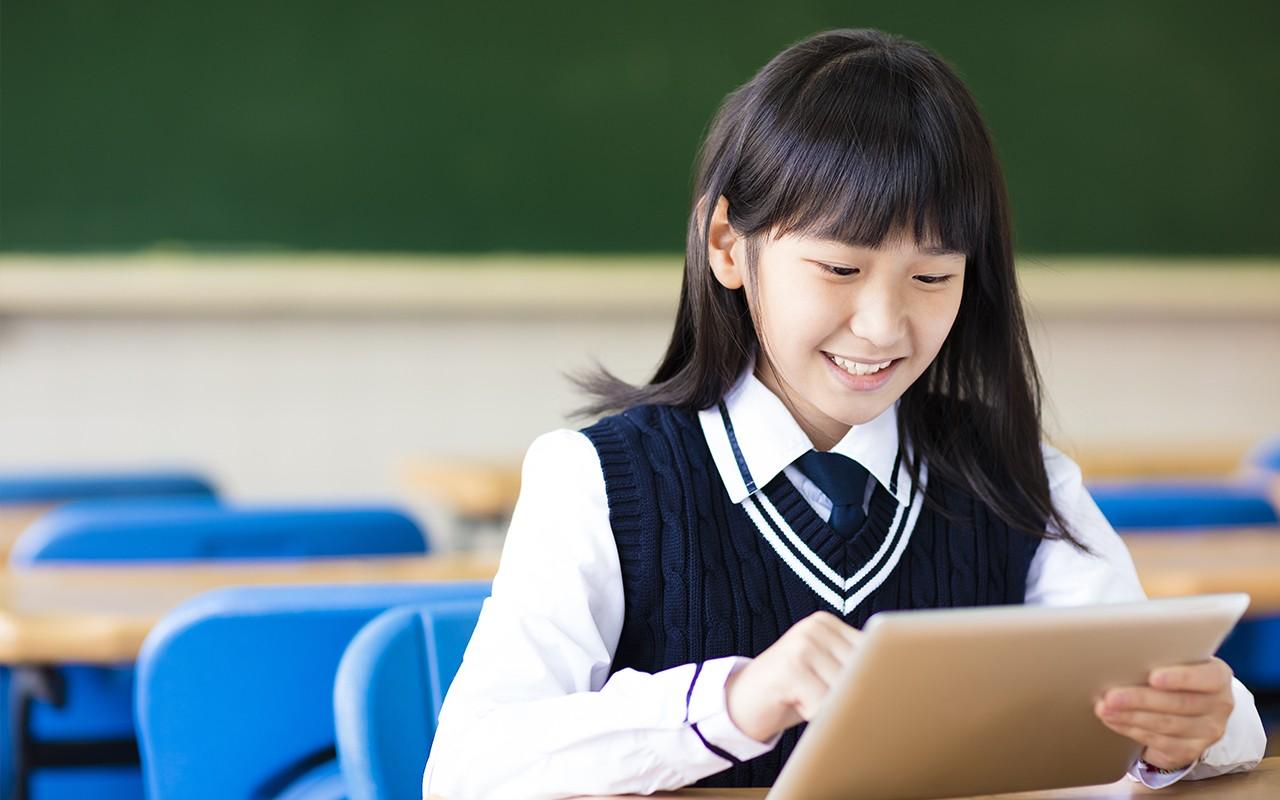 タブレットを使う生徒