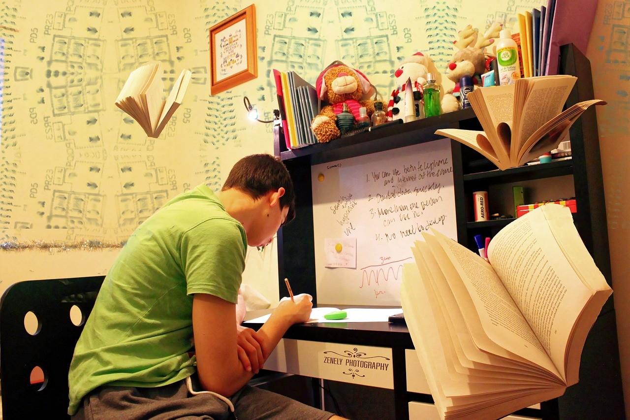 自室で猛勉強する男子