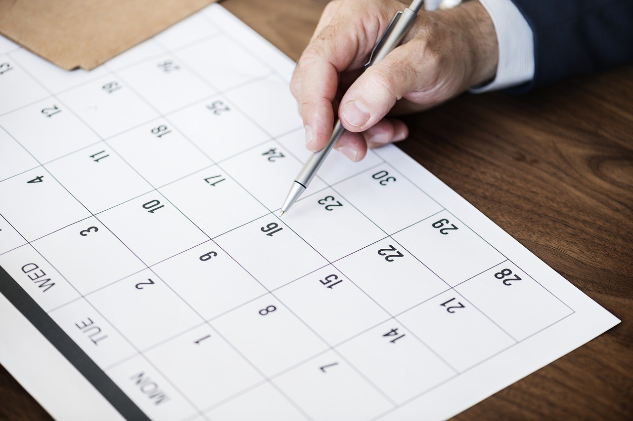 カレンダーに書き込むビジネスマン