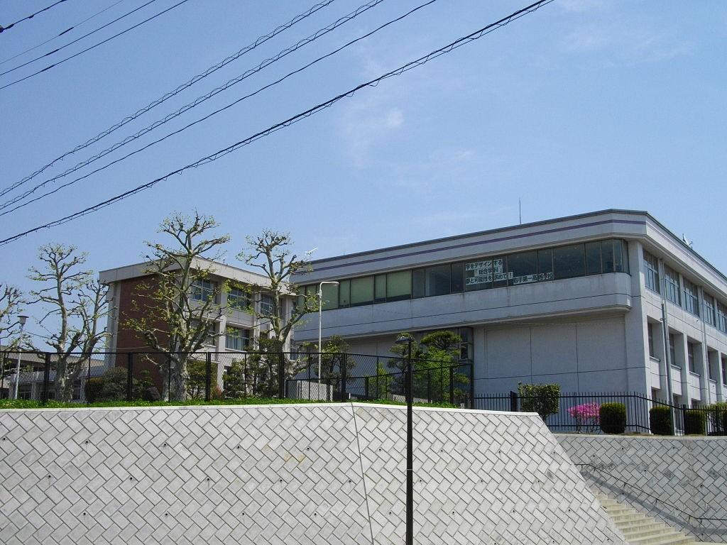 1024px-Toride_1st_High_School